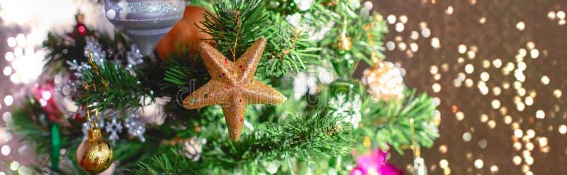 Fondo festivo del árbol de navidad de la bandera Las lentejuelas del cono del copo de nieve de las bolas del juguete de la decora fotos de archivo libres de regalías