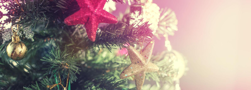 Fondo festivo del árbol de navidad de la bandera Las lentejuelas del cono del copo de nieve de las bolas del juguete de la decora fotografía de archivo libre de regalías