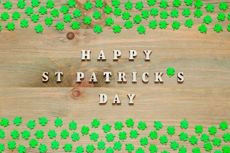 Fondo festivo del día del St Patricks Quatrefoils verdes en el día feliz de madera del ` s de St Patrick del fondo y de la inscri imágenes de archivo libres de regalías