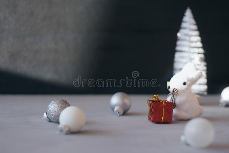 Fondo festivo del invierno del regalo de la Navidad mínima moderna Cierre encima del árbol de navidad blanco, bola de plata del o imagen de archivo libre de regalías