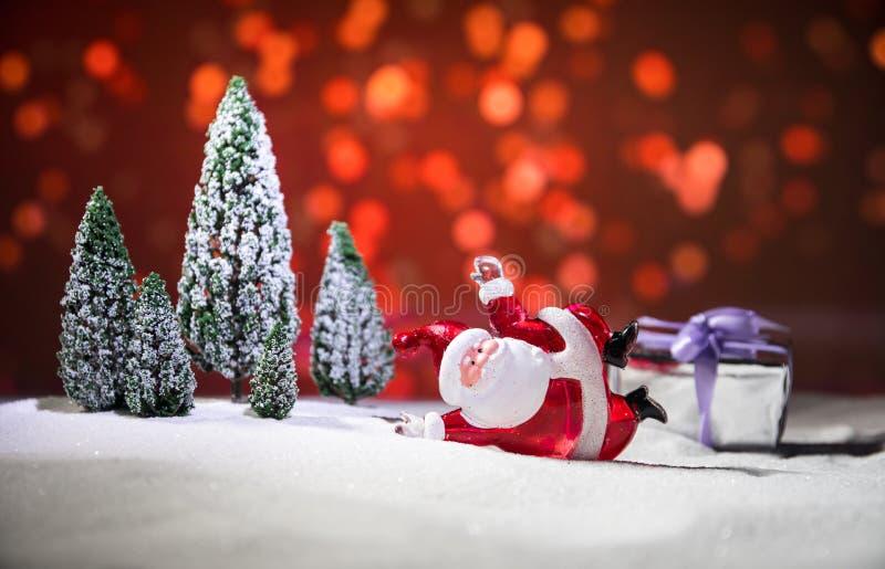 Fondo festivo el muñeco de nieve vestido como Santa Claus con las bolas de la Navidad en la foto ligera del fondo tiene un espaci imagen de archivo libre de regalías