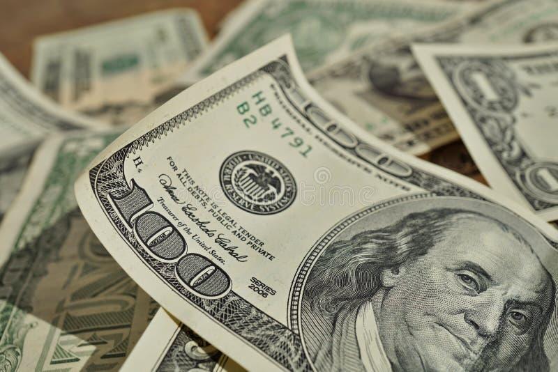 Fondo finanziario fatto del mucchio casuale delle banconote nel valore di un, venti e cento USD nel pi accidentale immagini stock libere da diritti