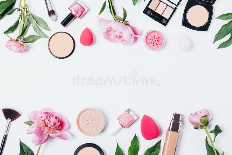 Fondo floral del maquillaje de peonías foto de archivo