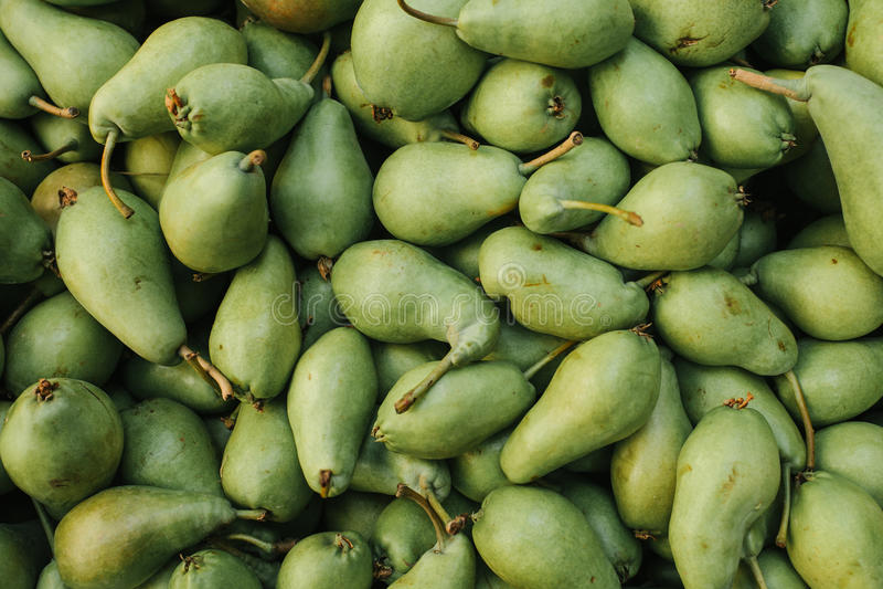 Fondo fresco de las peras Productos locales naturales en el mercado de la granja Cosecha Productos estacionales Alimento imágenes de archivo libres de regalías