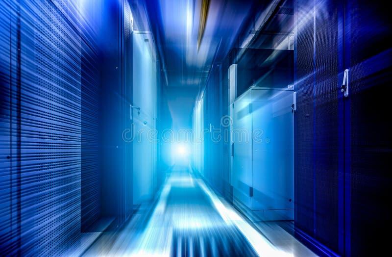 Fondo futuristico del grande di archiviazione di dati del centro del server mosso della stanza fotografie stock libere da diritti