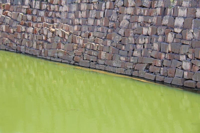 Fondo geométrico abstracto con agua verde y la pared de ladrillo gris Fondo diagonal de la textura del papel pintado imagen de archivo libre de regalías
