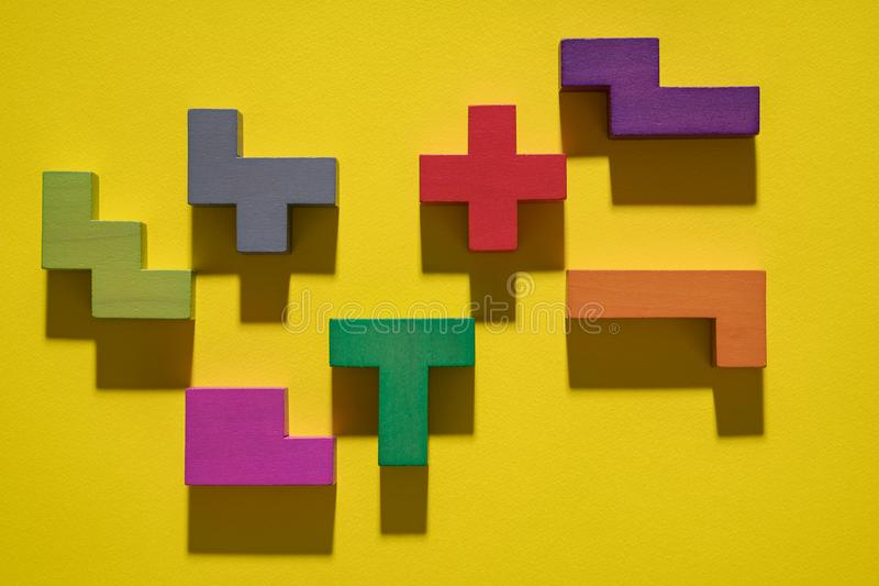 Fondo geométrico abstracto, juego colorido de la lógica Bloques isométricos del juego en fondo amarillo Diseño del estilo del art foto de archivo