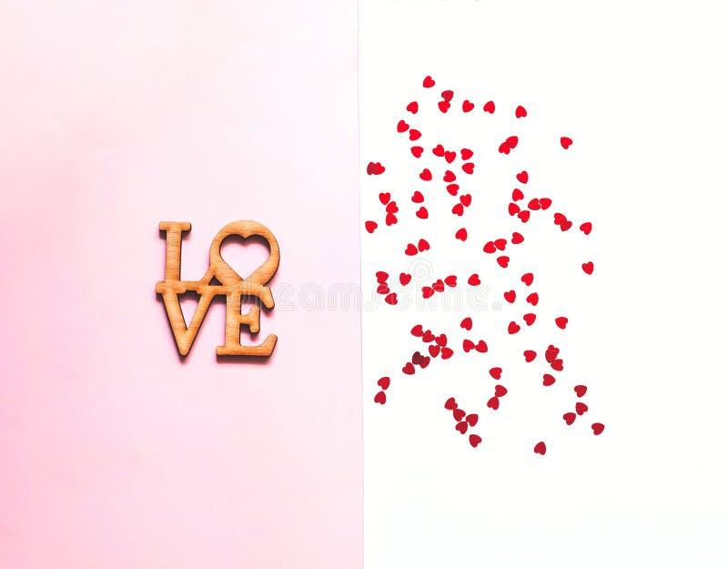 Fondo geométrico festivo con las lentejuelas rojas en la forma del corazón Colores blancos y rosados de la tendencia foto de archivo