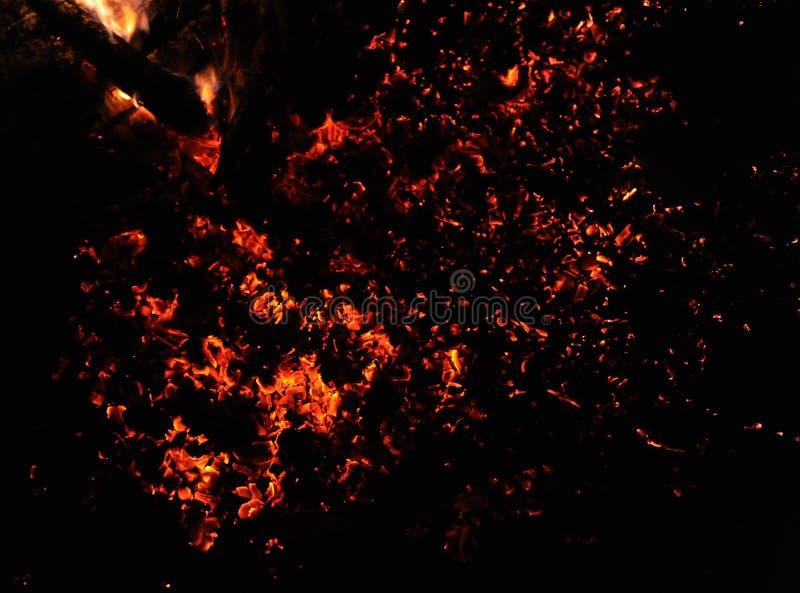 Fondo giallo del fuoco alla notte immagine stock