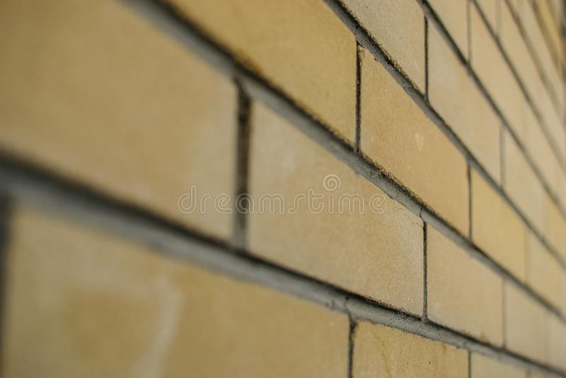 Fondo giallo del primo piano del muro di mattoni per progettazione di costruzione Costruzione delle case immagine stock libera da diritti