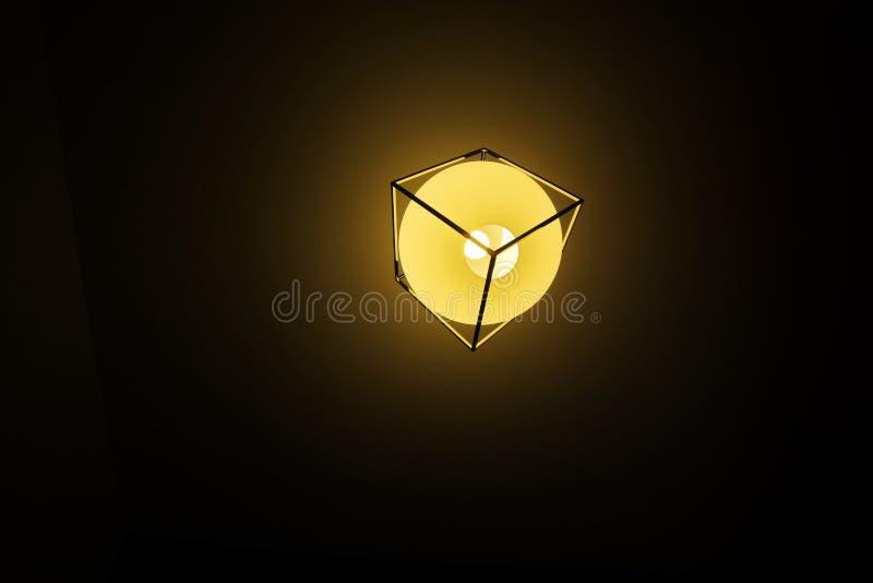 Fondo giallo di colore con la lampadina e spazio per testo o oggetto fotografie stock