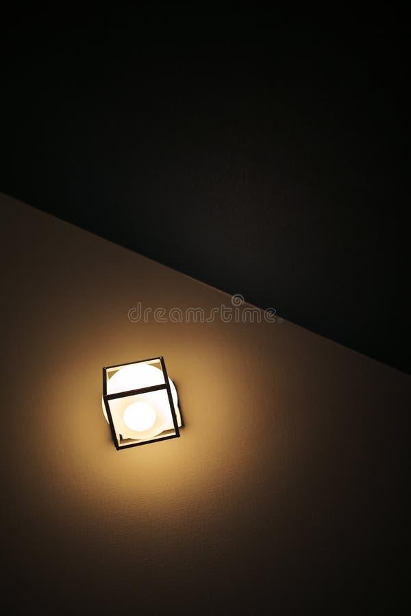 Fondo giallo di colore con la lampadina e spazio per testo o oggetto fotografia stock libera da diritti