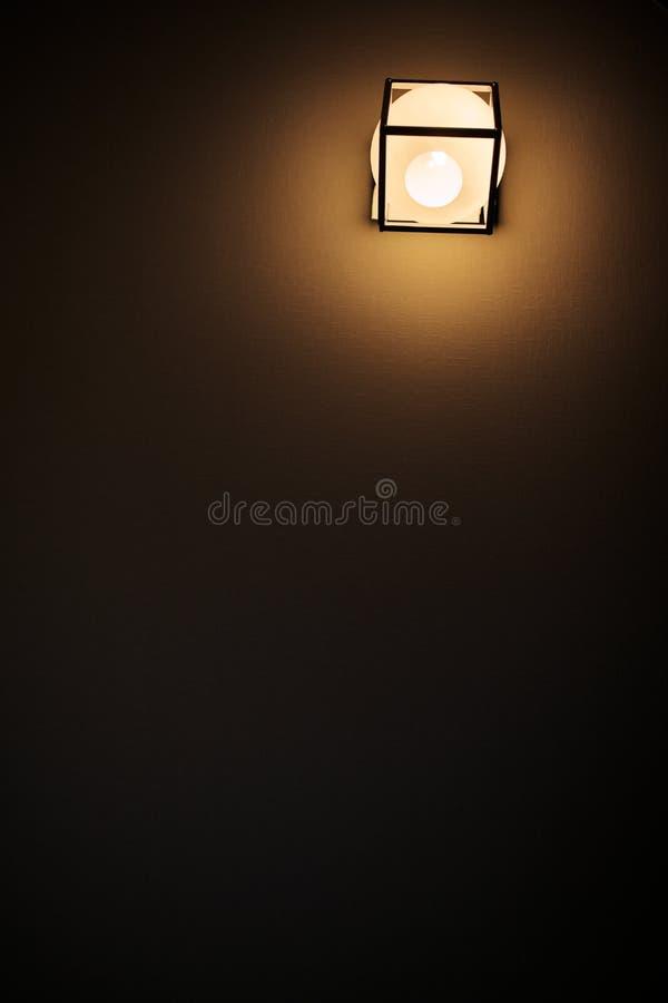Fondo giallo di colore con la lampadina e spazio per testo o oggetto immagine stock libera da diritti