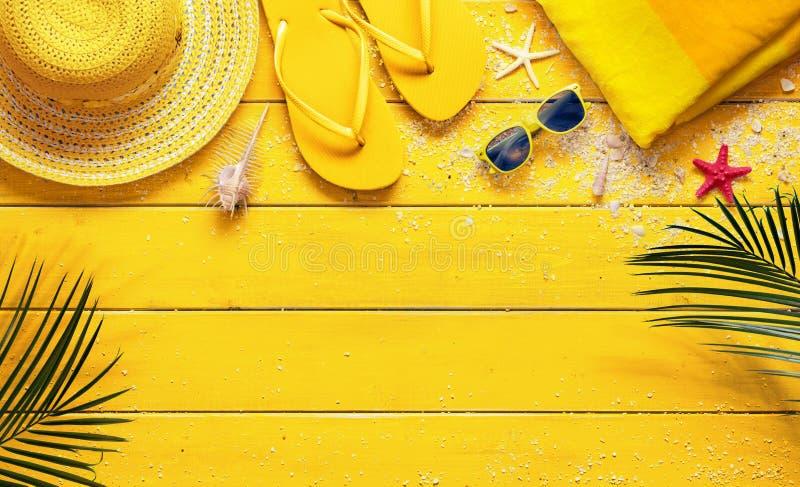 Fondo giallo di estate con gli accessori della spiaggia fotografia stock libera da diritti