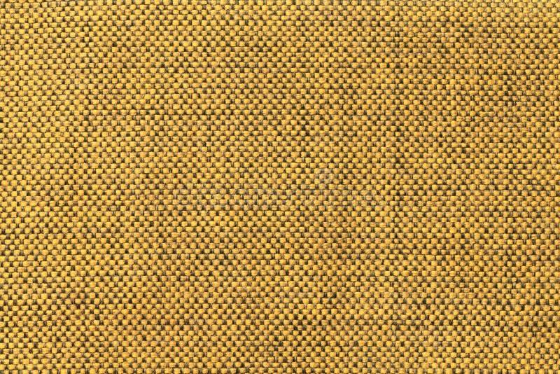 Fondo giallo scuro del tessuto con il modello di scacchi, primo piano Struttura della macro del tessuto fotografie stock libere da diritti