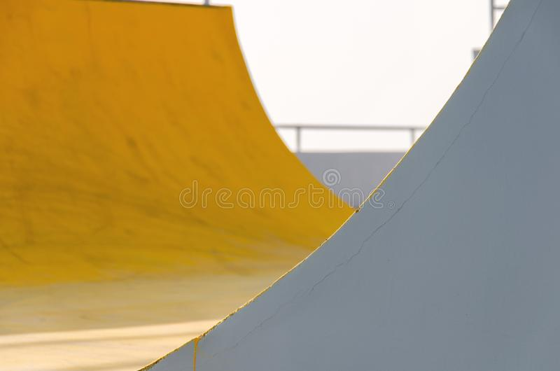 Fondo gris amarillo coloreado extracto, juego de la luz y sombra fotos de archivo libres de regalías