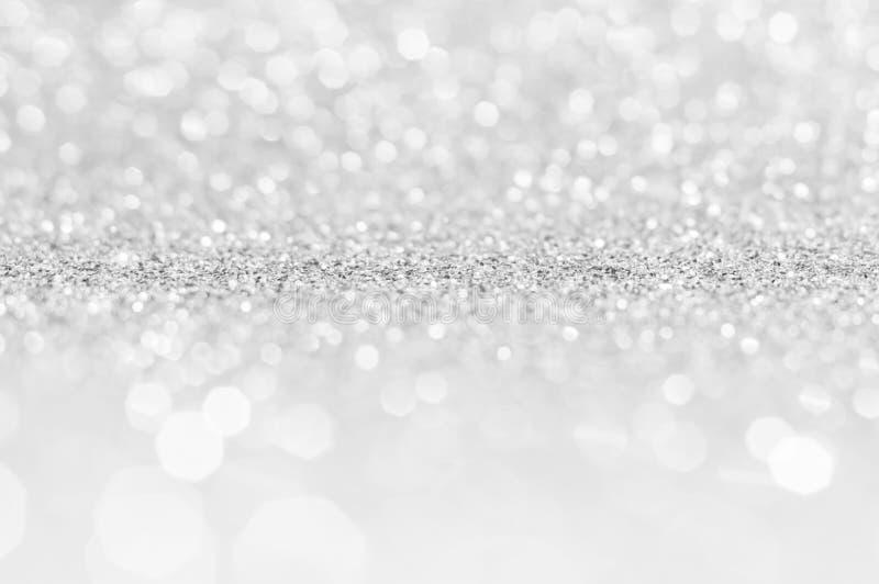 Fondo gris claro abstracto blanco de plata, luces brillantes, luces de la Navidad que brillan chispeantes Backg abstracto borroso fotos de archivo libres de regalías