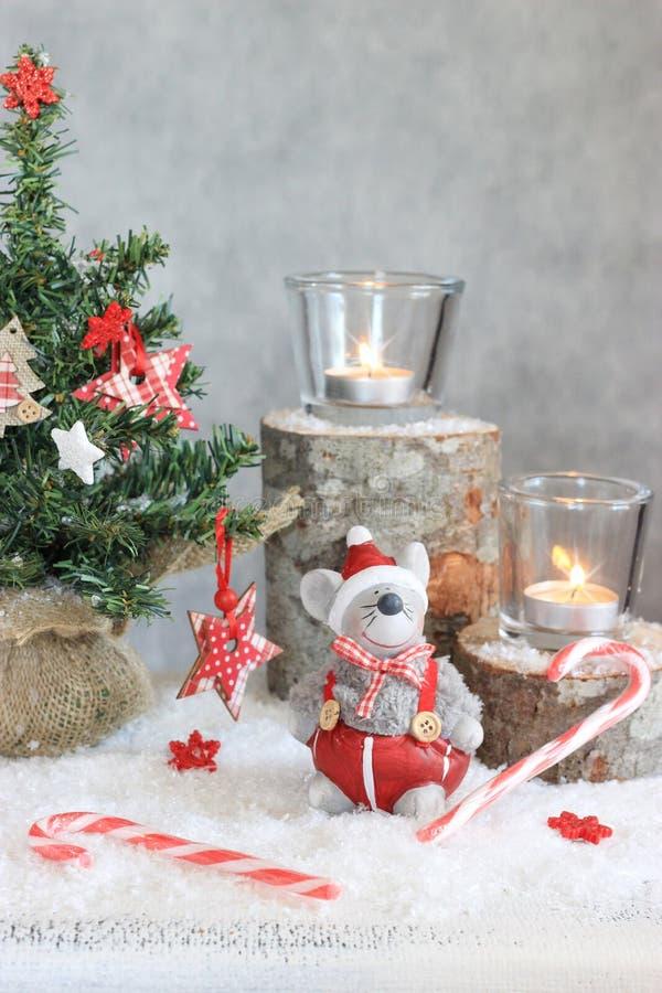 Fondo gris de la Navidad con las velas y el árbol foto de archivo libre de regalías