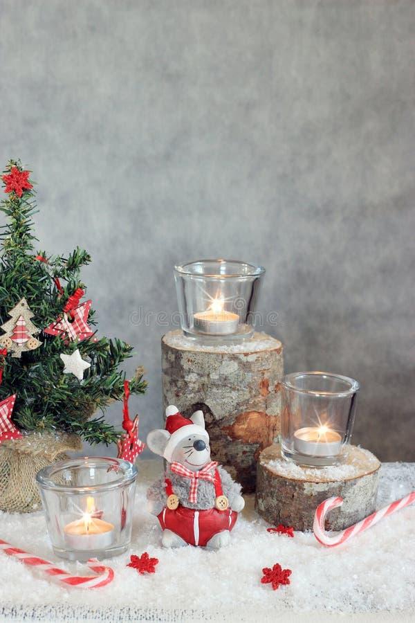 Fondo gris de la Navidad con las velas y el árbol fotografía de archivo