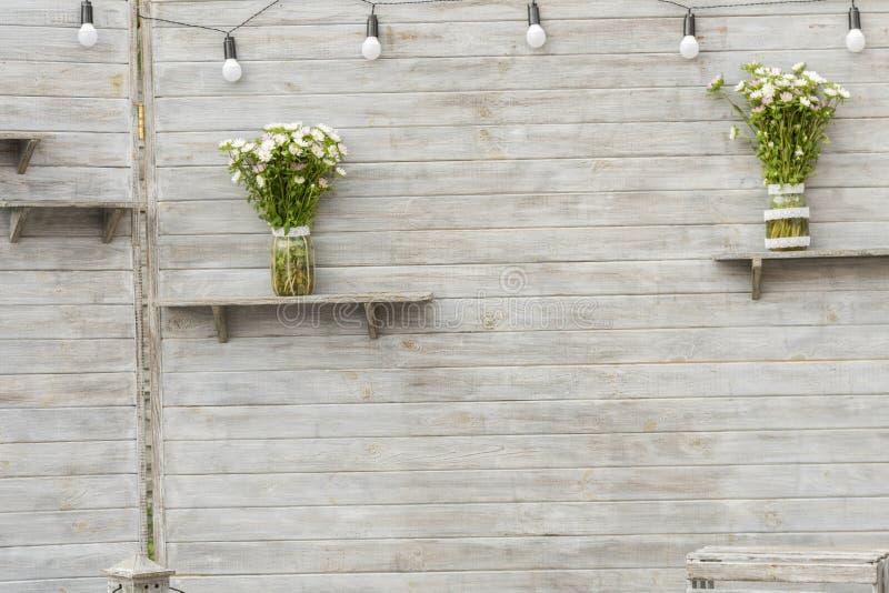 Fondo gris, de madera para fotografiar a gente Vieja superficie de madera del blanco gris, con una textura abstracta y expresiva  foto de archivo libre de regalías