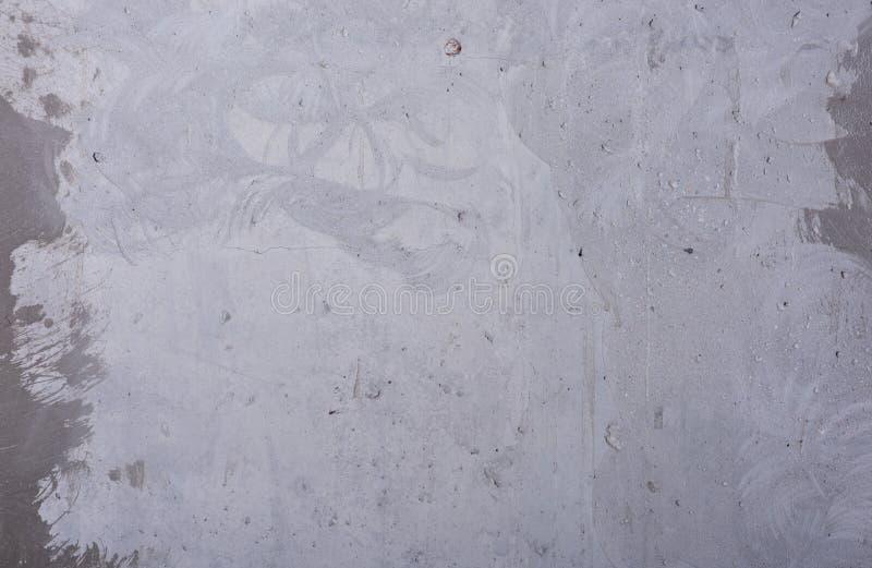 Fondo gris sucio Muro de cemento con los defectos y los rasguños imagen de archivo
