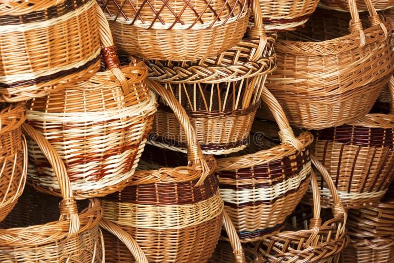 Fondo hecho a mano de las cestas de mimbre del sauce fotos de archivo