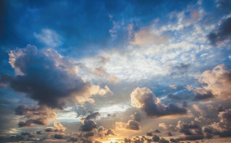 Fondo hermoso brillante del cielo de la puesta del sol, naturaleza abstracta fotografía de archivo libre de regalías