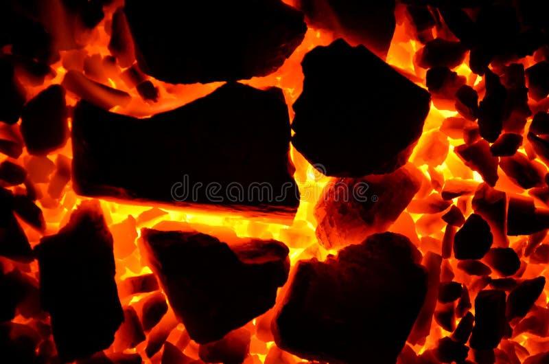 Fondo hermoso brillante que consiste en pedazos de carbón ardiente fotografía de archivo libre de regalías