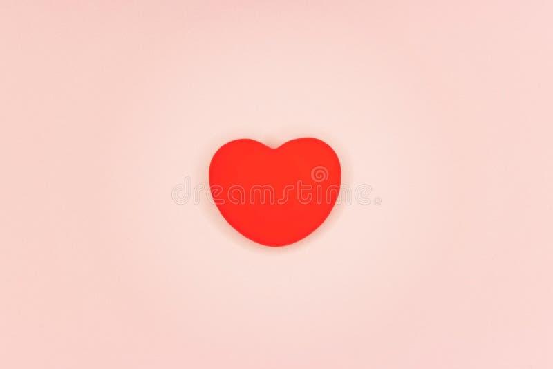 Fondo hermoso, corazón rojo en un fondo rosado, mimimi fotografía de archivo