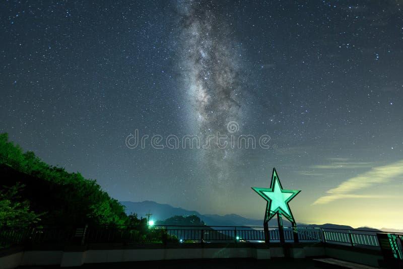 Fondo hermoso de la galaxia de la vía láctea con las cordilleras Imagen del pico de montaña de la mucha altitud fotos de archivo libres de regalías
