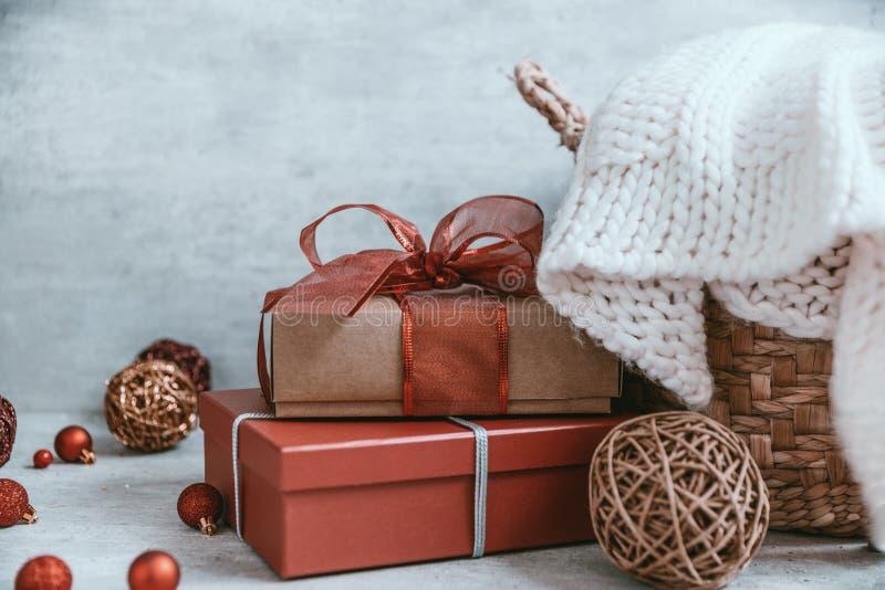 Fondo hermoso de la Navidad con las decoraciones y las cajas de regalo o fotos de archivo