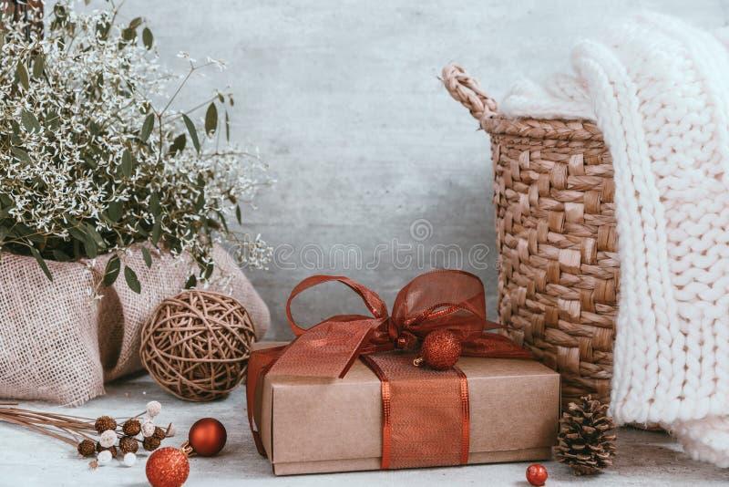 Fondo hermoso de la Navidad con las decoraciones y las cajas de regalo o imagenes de archivo