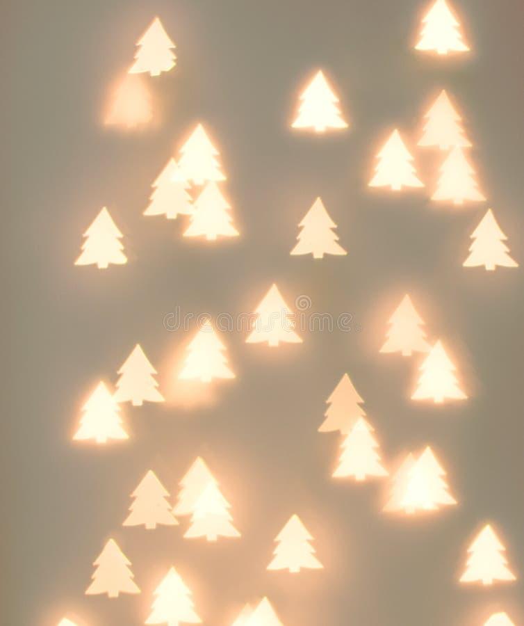 Fondo hermoso del Año Nuevo de la Navidad Luces de oro del bokeh de la guirnalda de la forma del árbol de abeto en fondo en color imagen de archivo libre de regalías