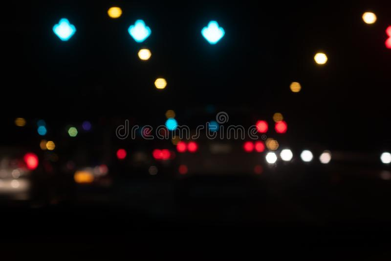 Fondo hermoso del bokeh de la falta de definición en la noche Desenfocado del tráfico foto de archivo libre de regalías