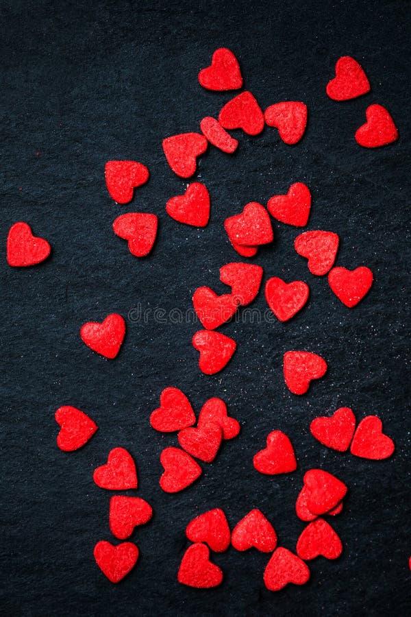 Fondo hermoso del día de tarjetas del día de San Valentín con los corazones rojos en b negro foto de archivo libre de regalías