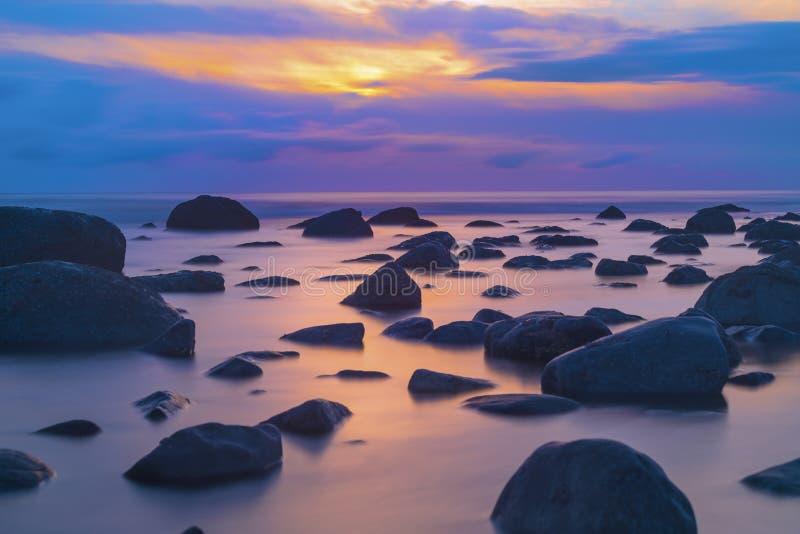 Fondo hermoso del paisaje marino, rocas en el mar de Irlanda en Seascal foto de archivo