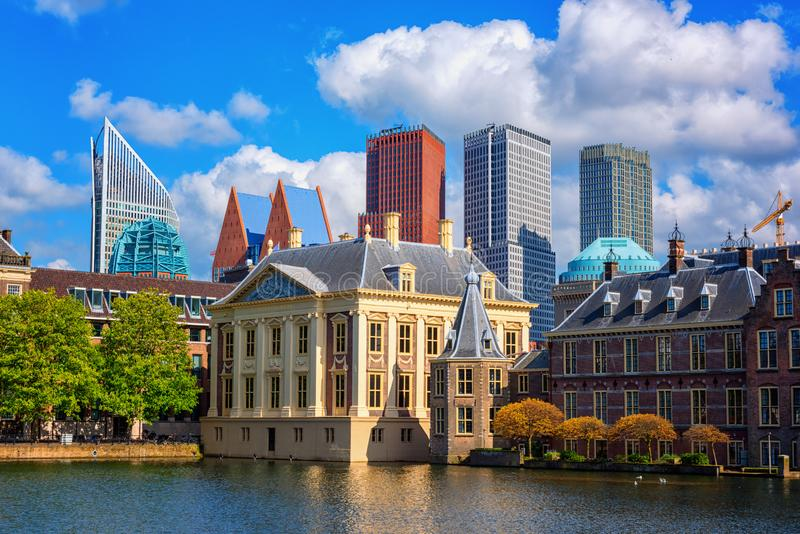 Fondo holandés con el lago Hofvijver, complejo histórico, La Haya Den Haag, Países Bajos del parlamento del castillo de Binnenhof foto de archivo