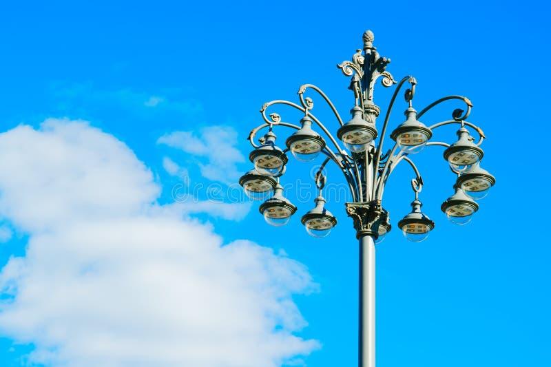 Fondo horizontal del poste de la lámpara de la ciudad de Moscú fotos de archivo