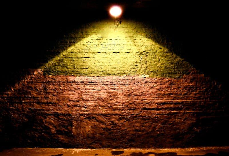 Fondo iluminado de la pared de ladrillo imagenes de archivo
