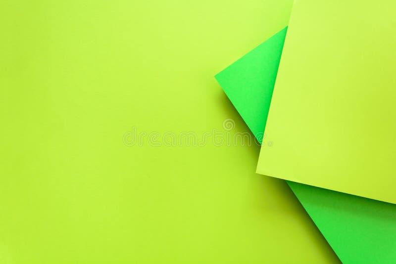 Fondo incartato di colore pastello della calce e di verde Disposizione geometrica del piano del volume Vista superiore Copi lo sp fotografia stock