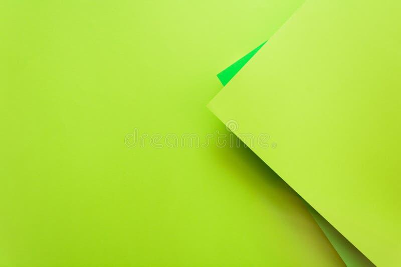 Fondo incartato di colore pastello della calce e di verde Disposizione geometrica del piano del volume Vista superiore Copi lo sp fotografie stock libere da diritti