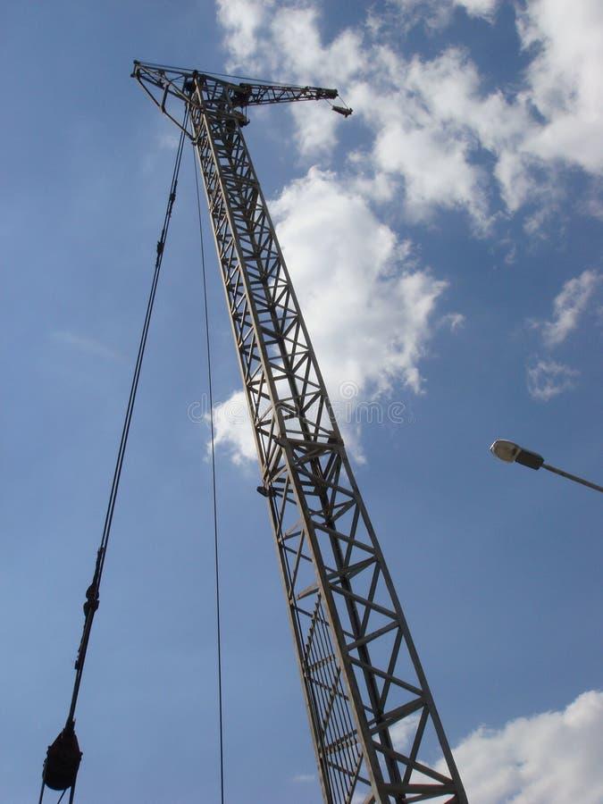 Fondo industrial abstracto con la grúa de construcción en el cielo azul imagen de archivo