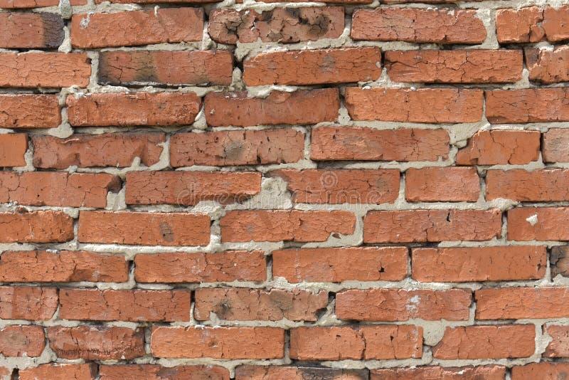 Fondo industrial, pared de ladrillo del almacén con la junta descuidada del cemento Fondo del cierre sucio de la pared de ladrill imagen de archivo libre de regalías