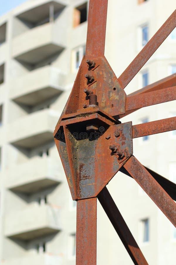 Fondo industriale verticale dell'estratto della costruzione a più piani del mattone in costruzione dietro la fine sulle linee ele immagine stock libera da diritti