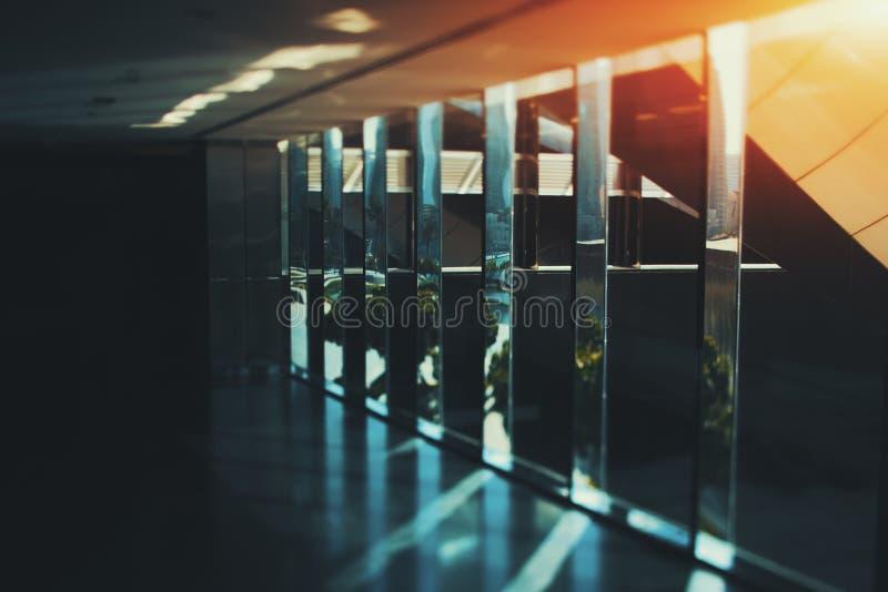 Fondo interno astratto dell'ufficio del cromo e di vetro con il Ra del sole immagine stock libera da diritti