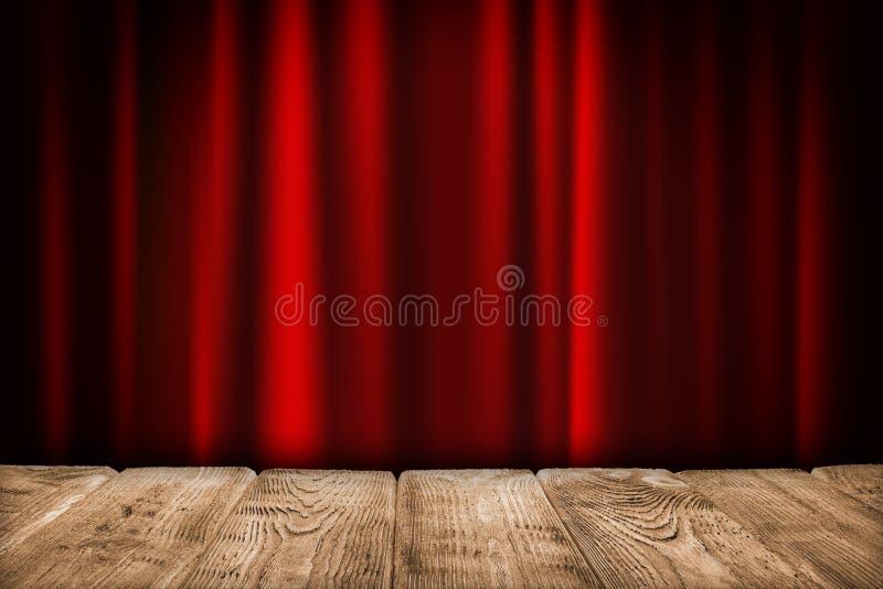 Fondo interno - tavola di legno vuota e tenda rossa fotografie stock