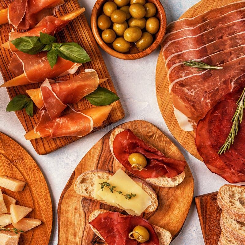 Fondo italiano de la comida con el jamón, queso, aceitunas foto de archivo