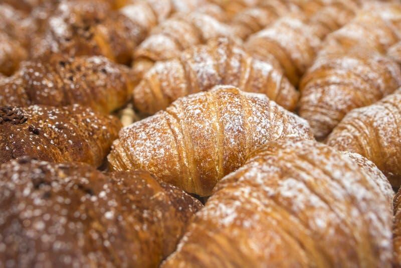 Fondo italiano di recente al forno dei croissant (cornetti) fotografia stock libera da diritti