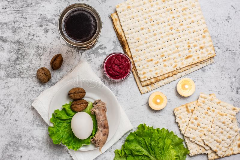 Fondo judío de la pascua judía del día de fiesta con la placa del vino, del matza y del seder en gris Visión superior Con el espa imagen de archivo libre de regalías