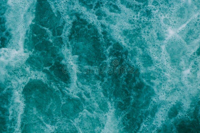 Fondo leggero astratto luminoso del turchese, acqua con la FOA bianca fotografie stock